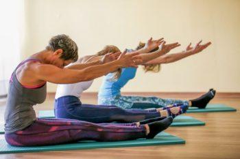 """Pilatesübung """"spine stretch"""", Gesundheitstraining Liegmann"""